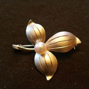Jewelry - Silver and pearl brooch